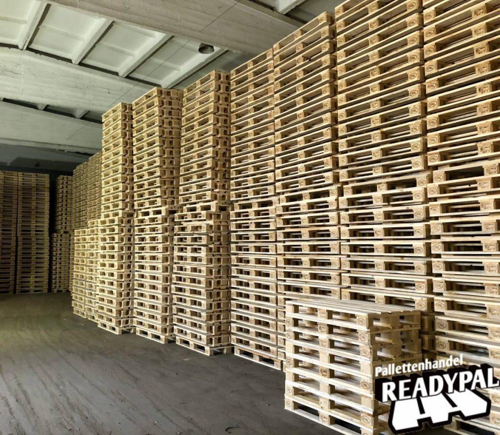 Gestapelde europaletten bij Readypal palletten verkoop