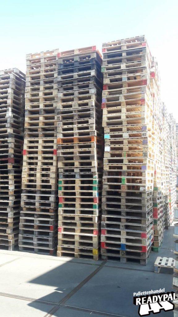Gestapelde blokpalletten bij Readypal